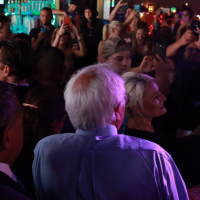 Bernie Sanders visita Hamburger Mary's en West Hollywood, Calif.